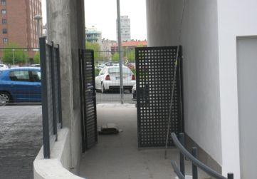 Acceso peatonal urbanización interior