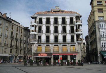 fachada plaza Virgen Blanca