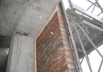 aislamiento térmico entre fachada y estructura