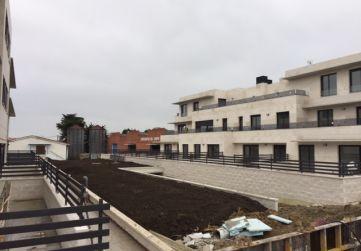 Relleno de tierra vegetal entre bloques