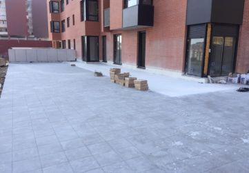 Colocación de baldosa en terraza de bajos